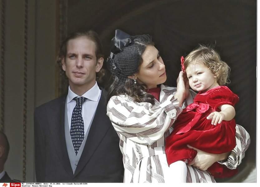 India, toute de velours rouge vêtue dans les bras de sa maman Tatiana Santo Domingo.