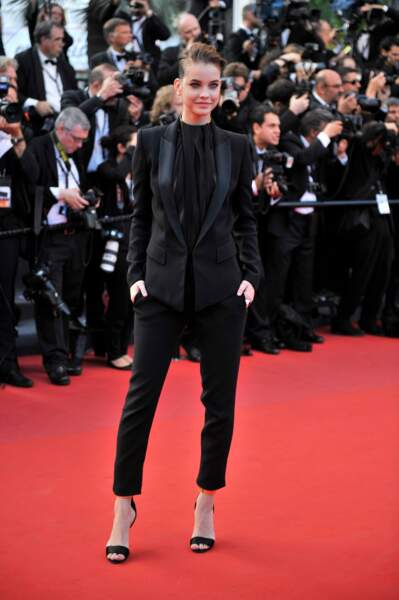 Barbara Palvin ose le total-look androgyne noir à Cannes