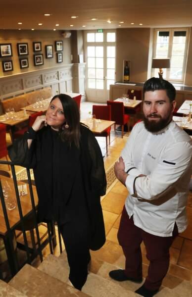 """Aurélie Cabrel et le chef Julien Amat, à l'intérieur de l'hôtel restaurant """"Le Square"""", à Astaffort"""