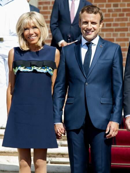 25 août 2017 : Brigitte Macron innove avec une robe courte à volants sur la poitrine