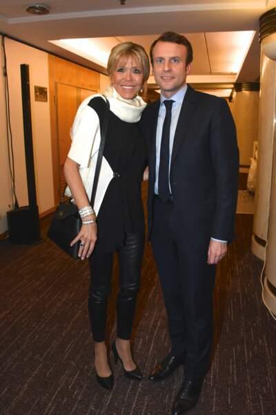 On a bien compris la passion de Brigitte Macron pour le cuir qui souligne ses gambettes