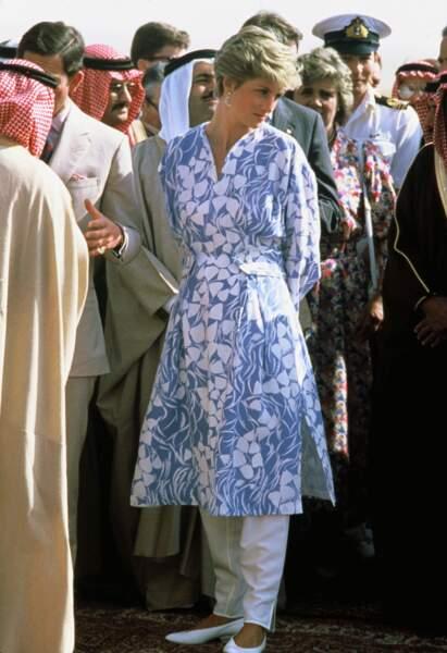 La princesse Diana en robe tunique lors d'un voyage en Arabie Saoudite en novembre 1986