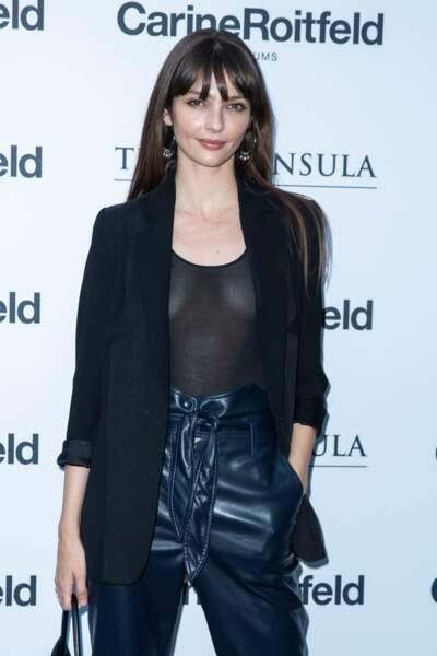 Annabelle Belmondo très sexy en body transparent et pantalon en cuir