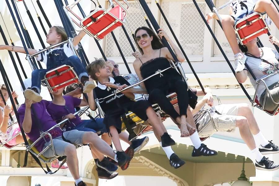 Angelina Jolie passe même l'épreuve des chaises volantes dans le Disney californien.