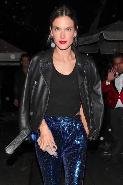 Alessandra Ambrosio joue l'ultra chic en perfecto noir et pantalon bleu strassé, une réussite !