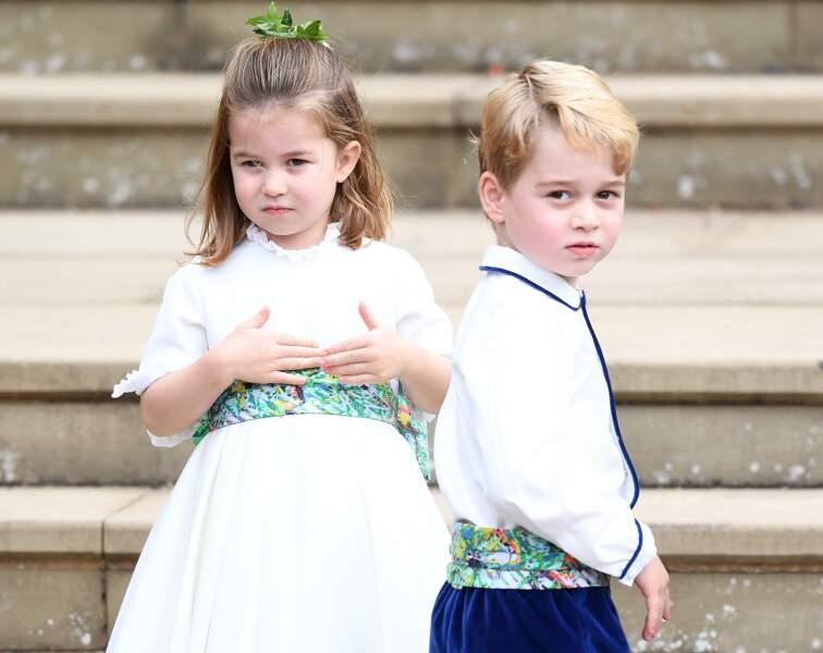 Charlotte et George devant la chapelle Saint George après la cérémonie de mariage d'Eugenie, le 12 octobre 2018