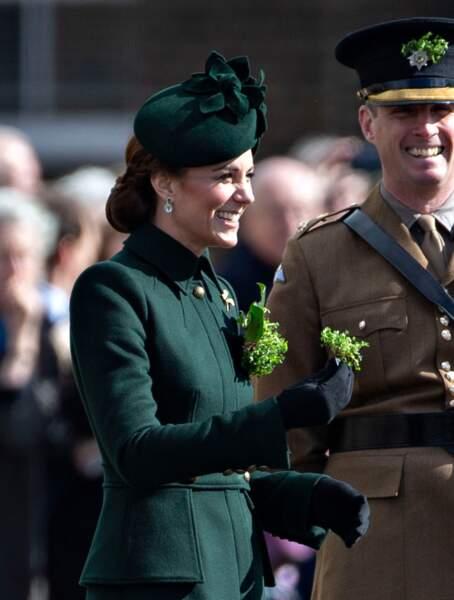 Kate Middleton radieuse, lors de la parade de la Saint Patrick dans le quartier de Hounslow à Londres, le 17 mars.