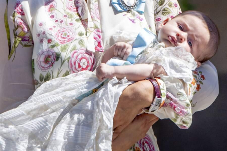 La princesse Adrienne dans les bras de Madeleine de Suède lors de son baptême le 8 juin 2018 à Stockholm