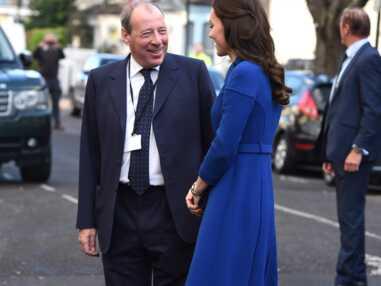 Kate Middleton délicieusement rétro en robe bleue ceinturée au côté du prince William
