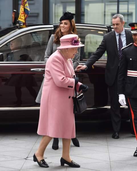 """Kate Middleton et Elizabeth II chic dans un manteau rose pour la ré-ouverture de la """"Bush House"""""""