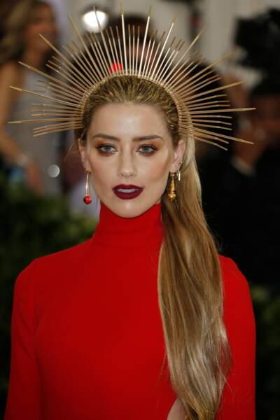 Amber Heard, les cheveux très longs et coiffée d'une couronne dorée semblable à celle du Christ