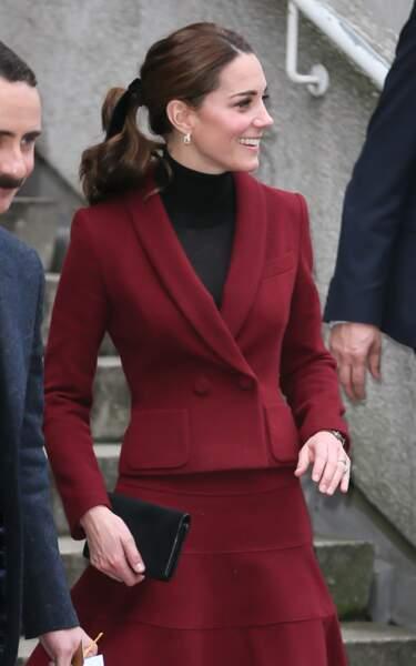 La queue de cheval de Kate Middleton, accessoirisée d'un ruban noir rétro, à Londres le 21 novembre 2018