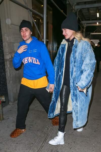 En février Hailey Bieber portait déjà un pantalon skinny en cuir de la maison J Brand.