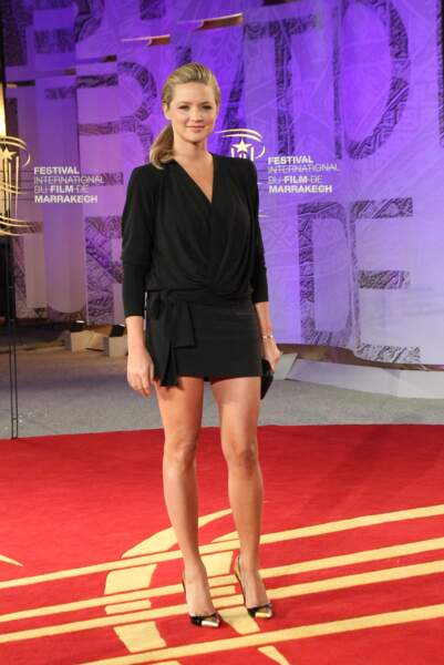 Virginie Efira longiligne et sexy en combishort noir et queue-de-cheval en  2011