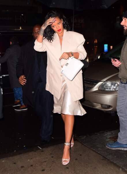 Rihanna mise sur un carré bouclé très naturel et une bouche rouge
