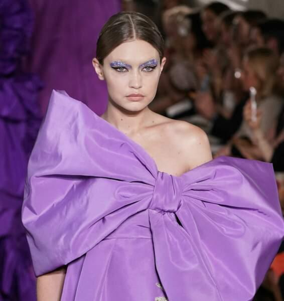 La beauté des paillettes sur les sourcils au défilé Valentino