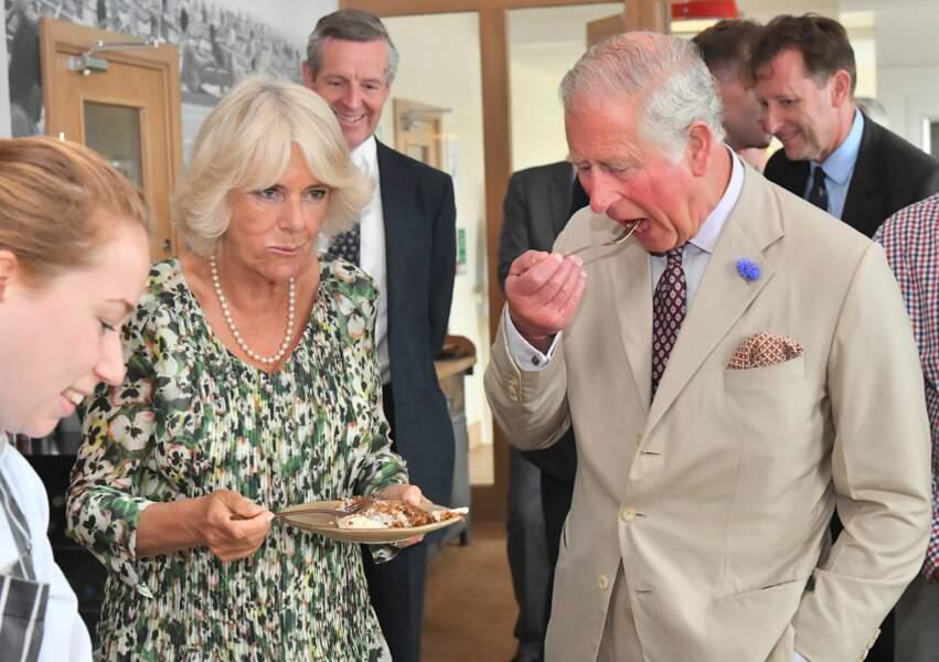 Camilla Parker Bowles et le prince Charles goûtent à son gâteau d'anniversaire ce mardi 17 juillet 2018