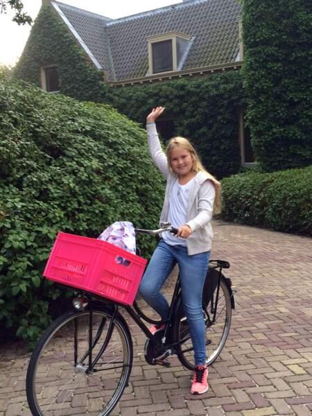 C'est en vélo, forcément, que la princesse Amalia des Pays-Bas fait sa rentrée des classes
