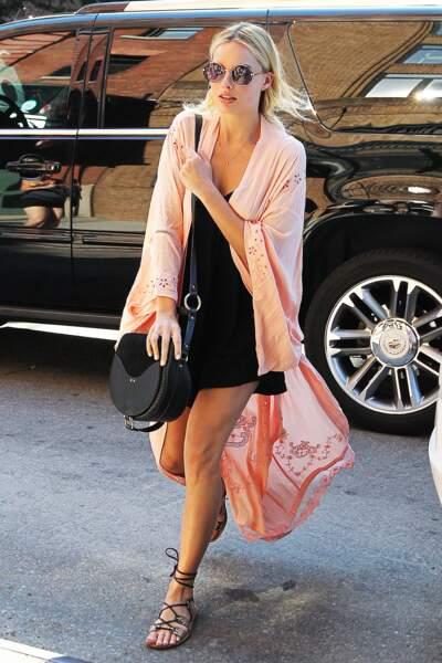 Associé à une petite robe, Margot Robbie très glam en spartiates.