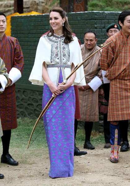 La duchesse de Cambridge radieuse avec sa cape Paul & Joe et sa jupe bhoutanaise