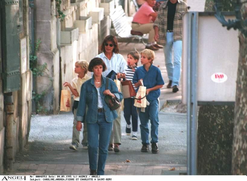 Caroline de Monaco accompagne Pierre, Charlotte et Andrea pour la rentrée des classes en 1995