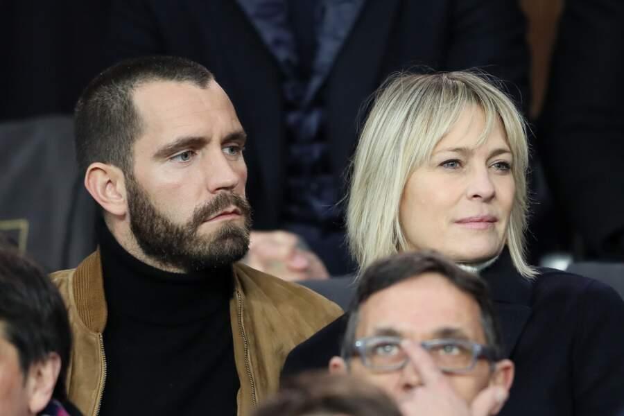 Robin Wright (51 ans) et le français Clément Giraudet, lors du match PSG/Real au Parc des Princes le 6 mars 2018