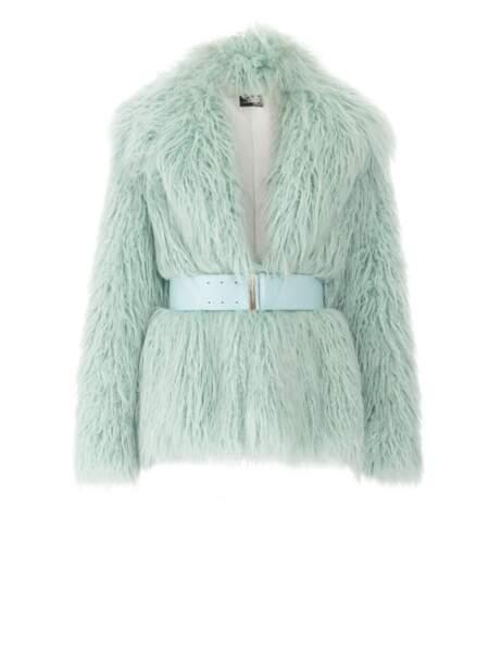 Veste en fausse fourrure avec ceinture, 493 € (Elisabetta Franchi).