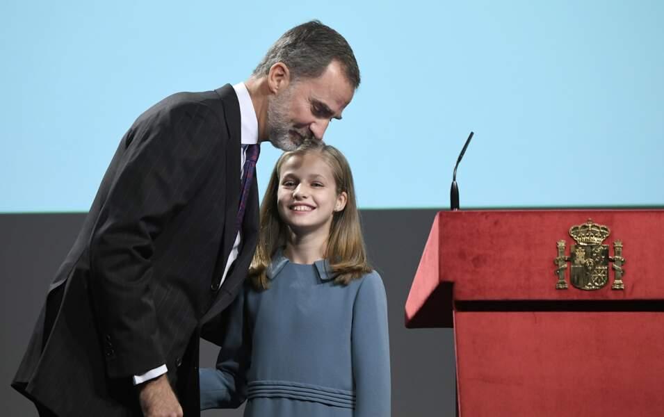 Leonor et son papa Felipe qui l'embrasse après son premier discours public le 31 octobre 2018