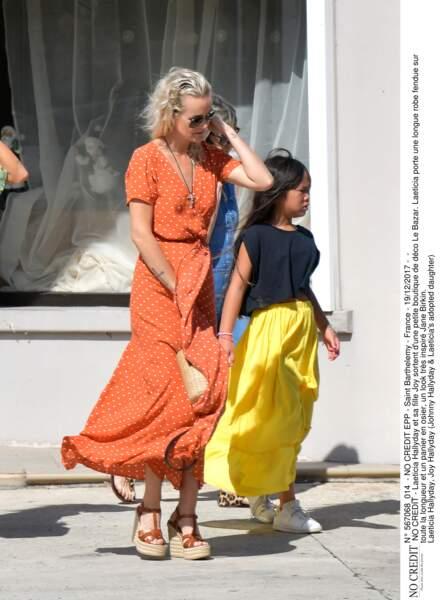 Laeticia Hallyday et sa fille Joy sortent d'une petite boutique de déco Le Bazar.