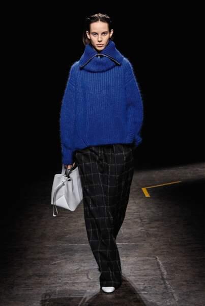 Chez Boss, le sac nous donne le ton des formats de l'hiver : le grand est l'ancien medium.