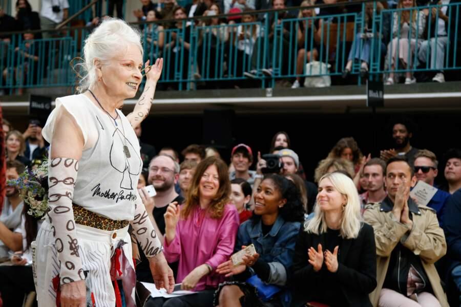 L'excentrique Vivienne Westwood assume totalement ses longueurs d'un blanc immaculé