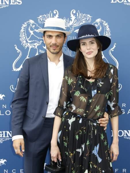 Louise Monot, chic en robe fleurie et son compagnon Samir Boitardlors du prix de Diane Longines