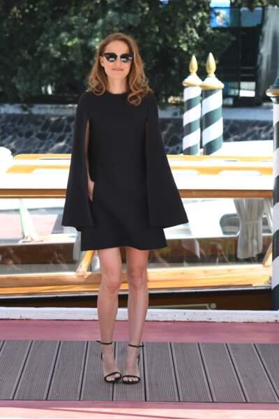 Natalie Portman, radieuse en robe-cape courte à venise