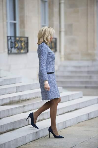 Brigitte Macron affiche toujours une ligne parfaite moulée dans sa robe façon tweed