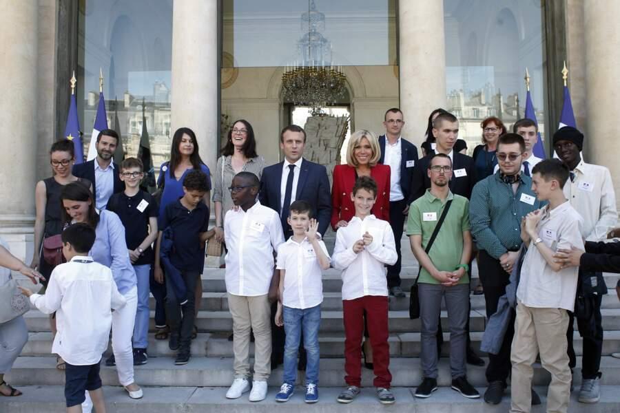 Emmanuel et Brigitte Macron à l'Elysée accueillent de jeunes autistes
