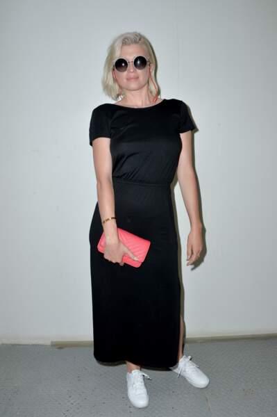 Cécile Cassel a choisit l'option raie sur le côté et blond platine pour accompagner son carré