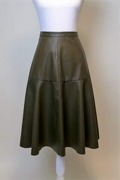 ... Tout comme avec cette jupe longue kaki, ultra stylée !