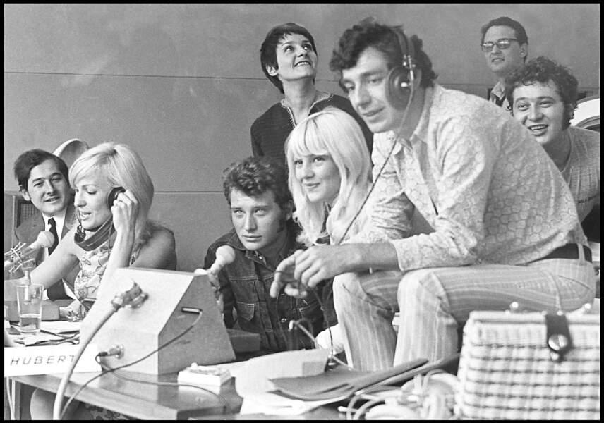 """Johnny Hallyday et Sylvie Vartan lors de l'émission """"Salut les copains"""" diffusée sur Europe 1 en 1968"""