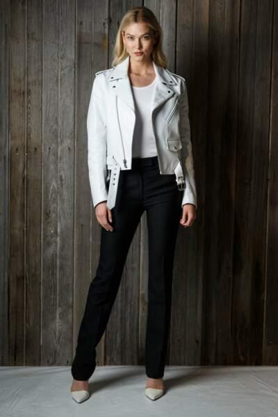 Karlie Kloss, grande adepte de perfecto, mise sur du blanc avec un pantalon noir, très chic