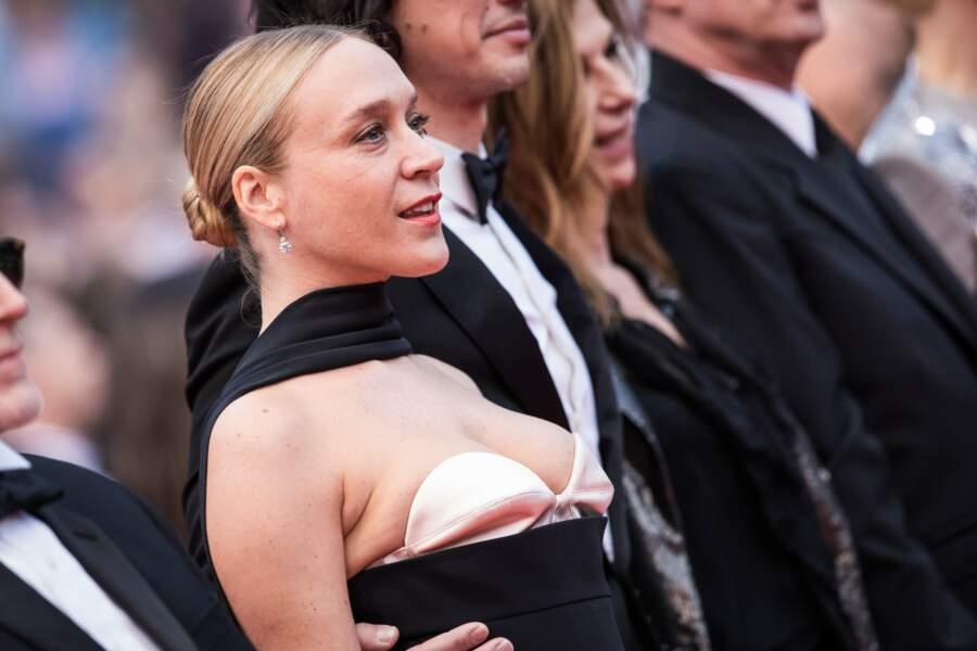 Chloé Sevigny et son chignon lisse, en bijoux Chopard, lors du festival de Cannes le 14 mai 2019