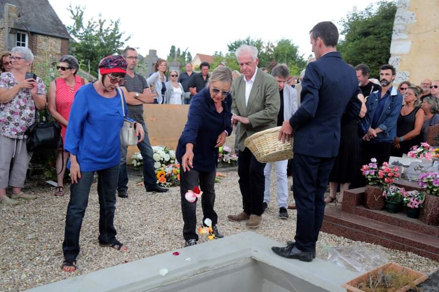 Ariane aux côtés de Dorothée et Jacky aux obsèques de François Corbier au cimetière de Serez, le 5 juillet 2018.