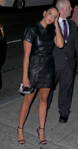 toute bronzée et sublime en robe courte en cuir