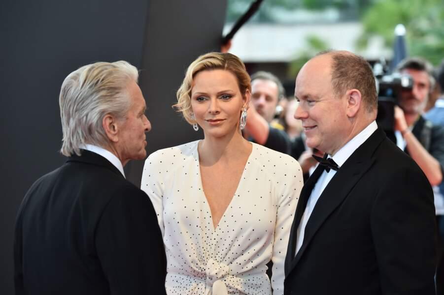 Charlene de Monaco ravissante avec les cheveux wavy émerveillée par Michael Douglas lors du Festival de Monte Carlo