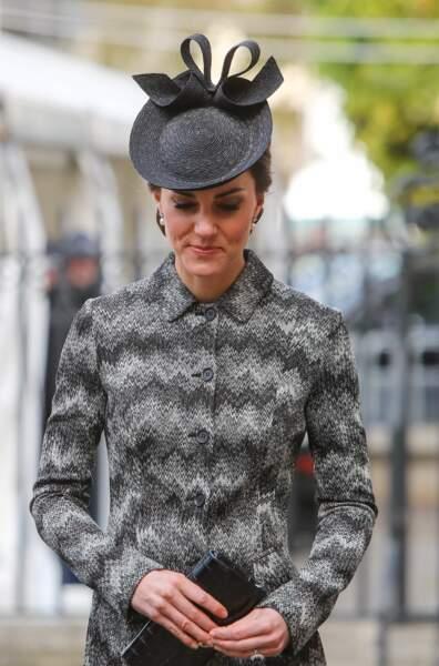 Son chapeau à nœud assorti au manteau était très singulier