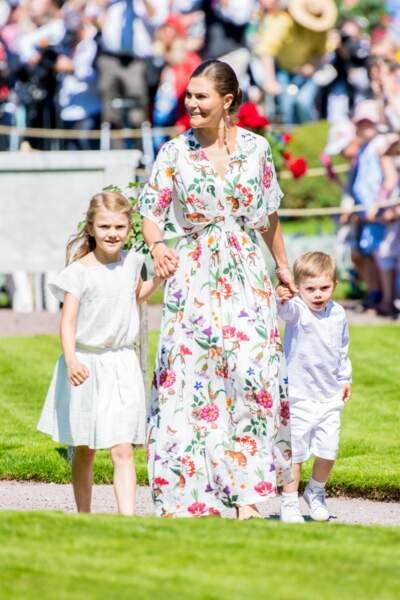 La princesse Victoria de Suède très élégante dans sa robe fleurie