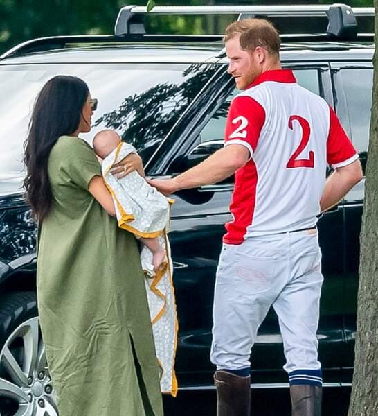 Le Prince Harry élégant en habit de polo avec Archie et de sa femme Meghan Markle