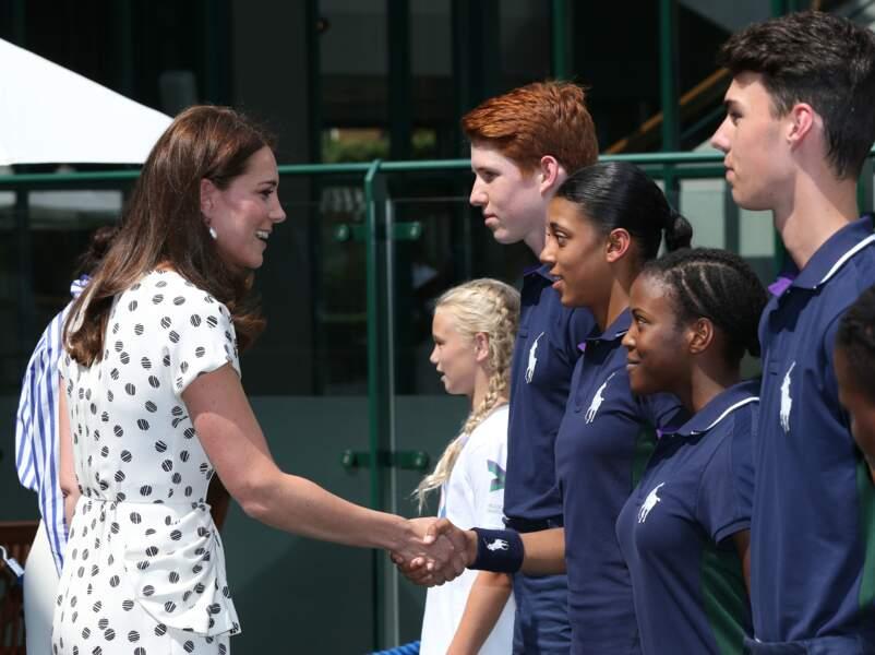 Kate Middleton et Meghan Markle saluent les juniors du tournoi de Wimbledon ce samedi 14 juillet.
