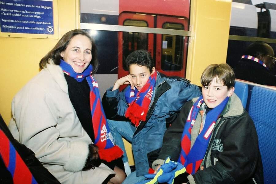 Ségolène Royal se rend à l'inauguration du Stade de France en janvier 1997 avec ses deux fils Thomas et Julien.