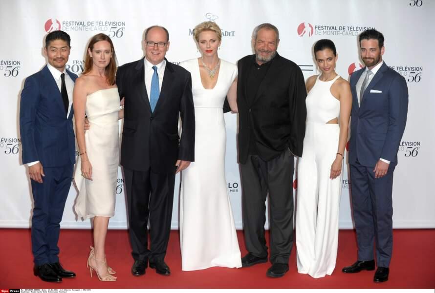 Albert et Charlène de Monaco entourés de Dick Wolf, Torrey Devitto, Colin Connell et Brian Tee