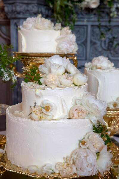 Le gâteau de mariage est Bio. Il est au citron, aux fleurs de sureau et décorées de fleurs fraîches.